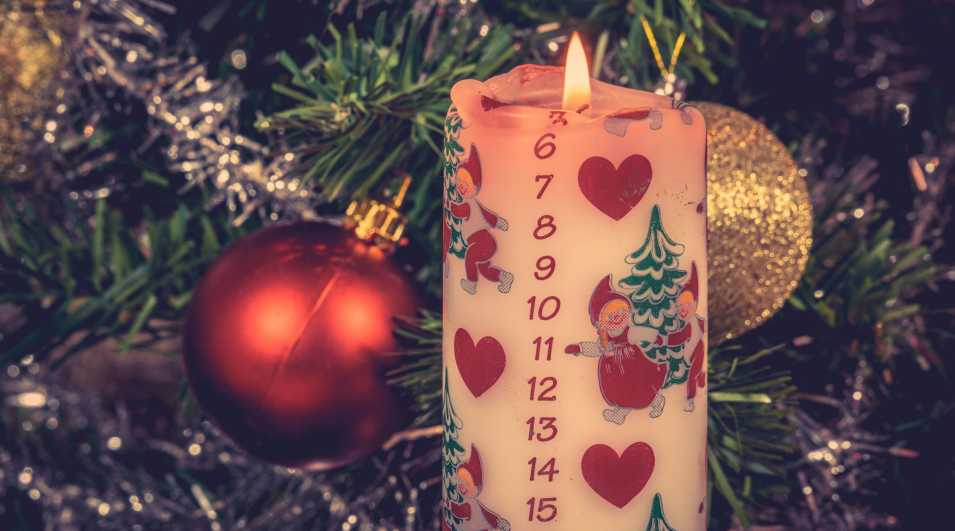 Christmas candle with december calendar White Christmas candle with a december calendar By: Sportactive